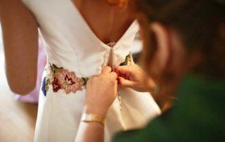 Poniendo vestido de novia a diseñado a medida alta costura la boheme 1994 atelier novias valencia