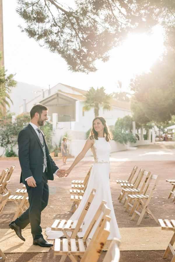 Novia caminando por altar con vestido de boda hecho a medida