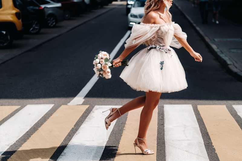vestidos de novia cortos para mostrar el calzado